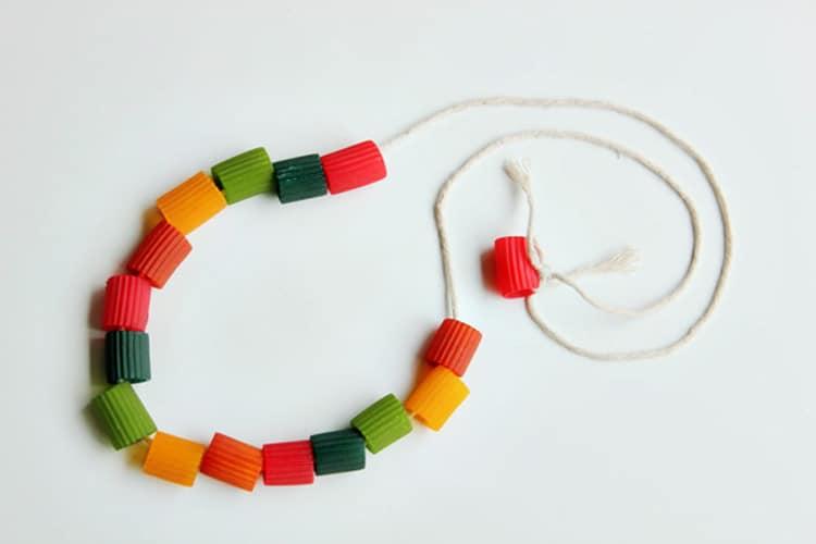 Los collares de macarrones los hacíamos para el día de la madre o del padre con mucho cariño. Lo que no sé cómo llevaban ellos lo de tenerlo que lucir por la calle durante todo el día...