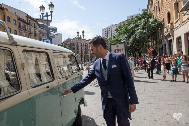 Retroboda: llegada novia furgoneta
