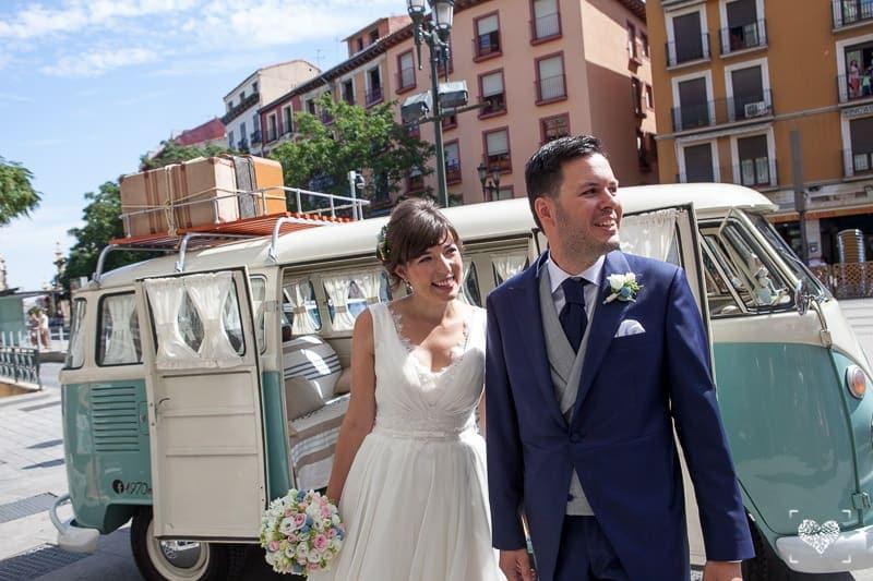 Retroboda: encuentro novios invitados furgoneta