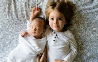 Bebé y niño esperando su Retrobox