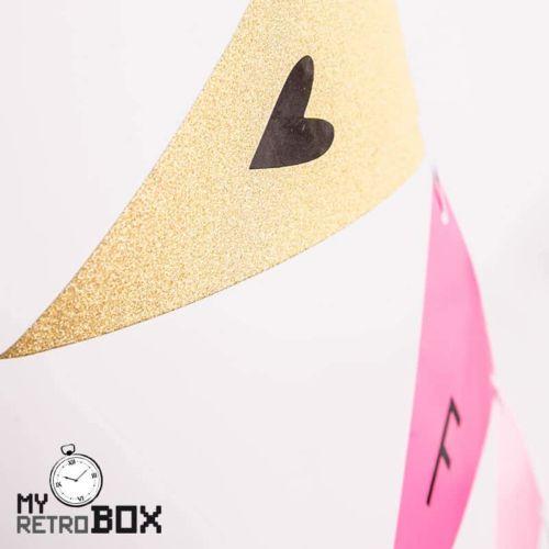Banderín con letras y símbolos adhesivos
