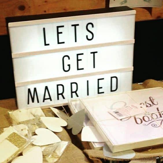 Caja de luz en boda con libro de firmas