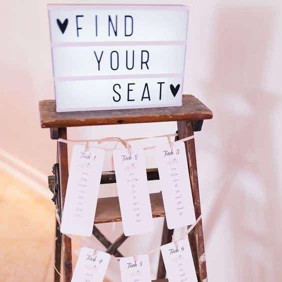 Caja de luz en boda con seating plan