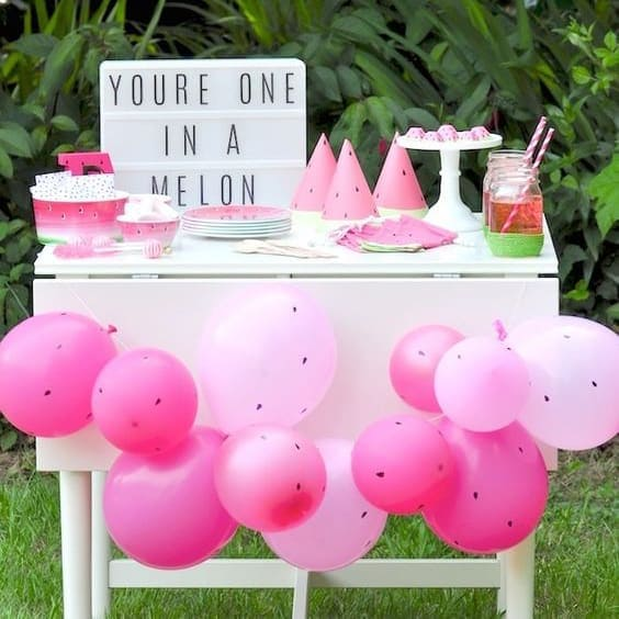 Caja de luz en fiesta de primer cumpleaños bebé en jardín