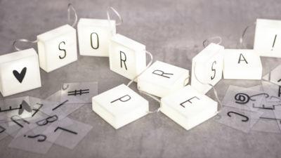 Decora tu fiesta con cajas de luz y cajas de letras