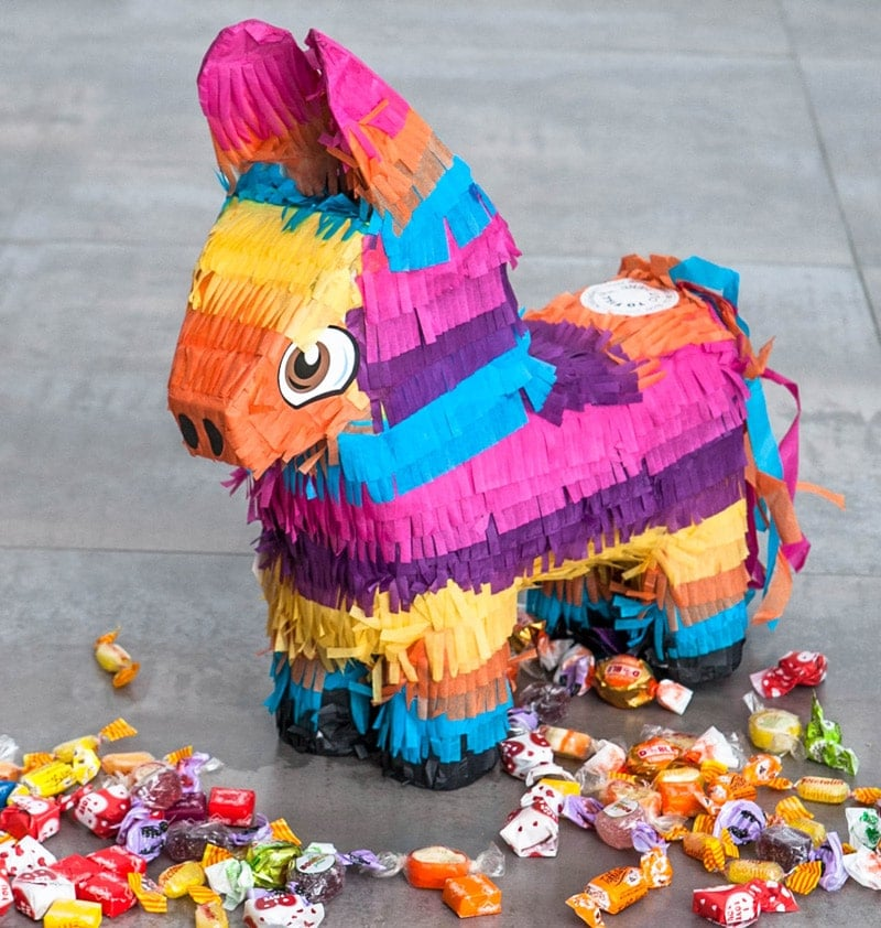 Piñata grande con forma de burrito y caramelos