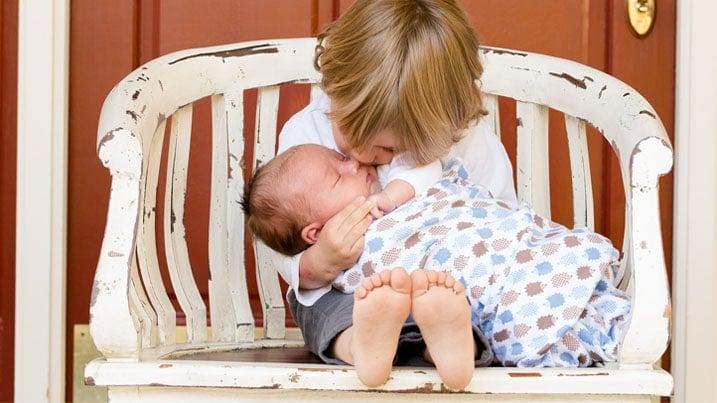 Bebé con hermano
