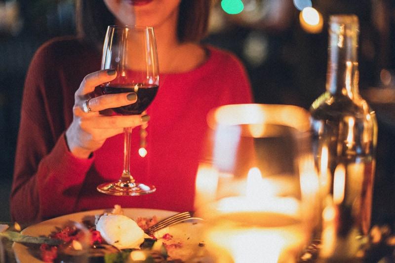 Celebrar la fecha de tu boda con una cena romántica
