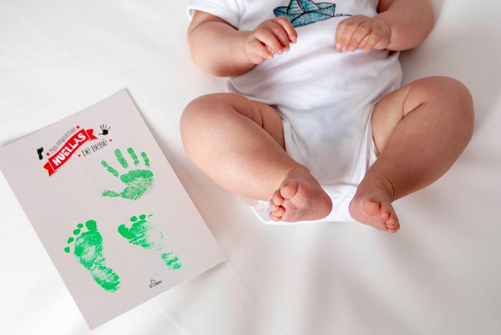 Huellas del bebé en su regalo de primer cumpleaños